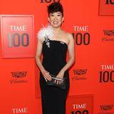 Sandra Oh begeistert in einem One-Shoulder-Dress vonOscar de la Renta . Dem klassisch schwarzen Kleid verpasst sie mit einer weißen Feder das gewisse Extra.