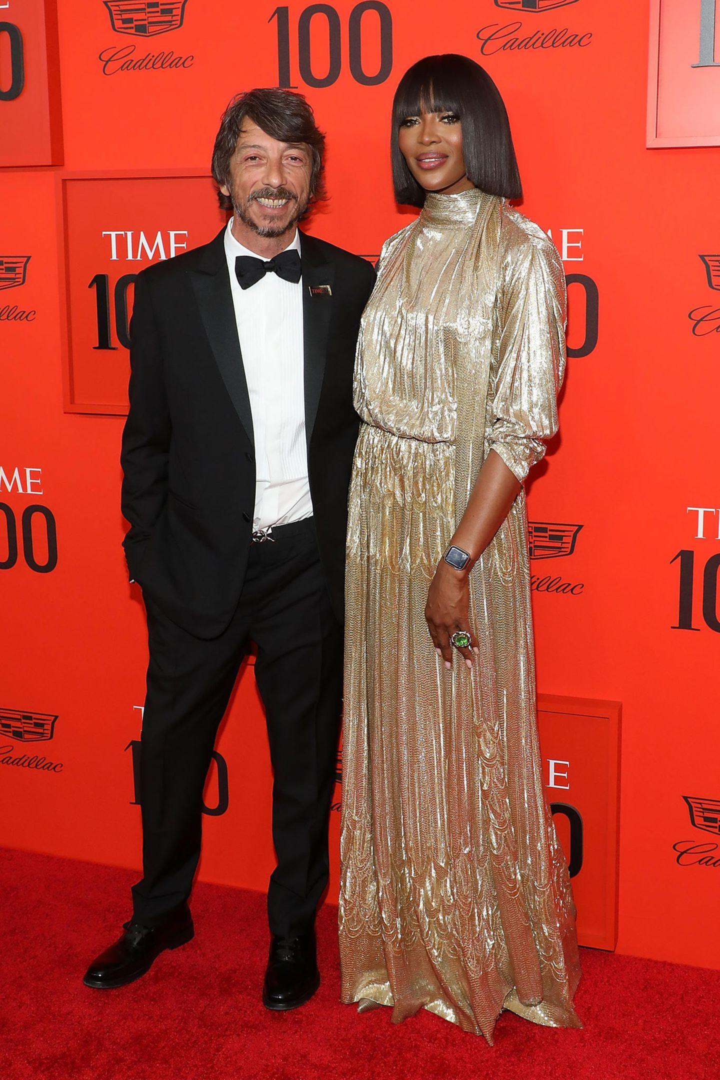 Wie eine goldene Statue sieht Supermodel NaomiCampbell (natürlich in Valentino) neben Valentino-Chefdesigner Pierpaolo Piccioli aus.