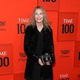 Stilikone Mia Farrow mag zwar in Sachen Kleidung sehr schlicht daherkommen, ihre Kamera-Clutch hat es aber in sich.