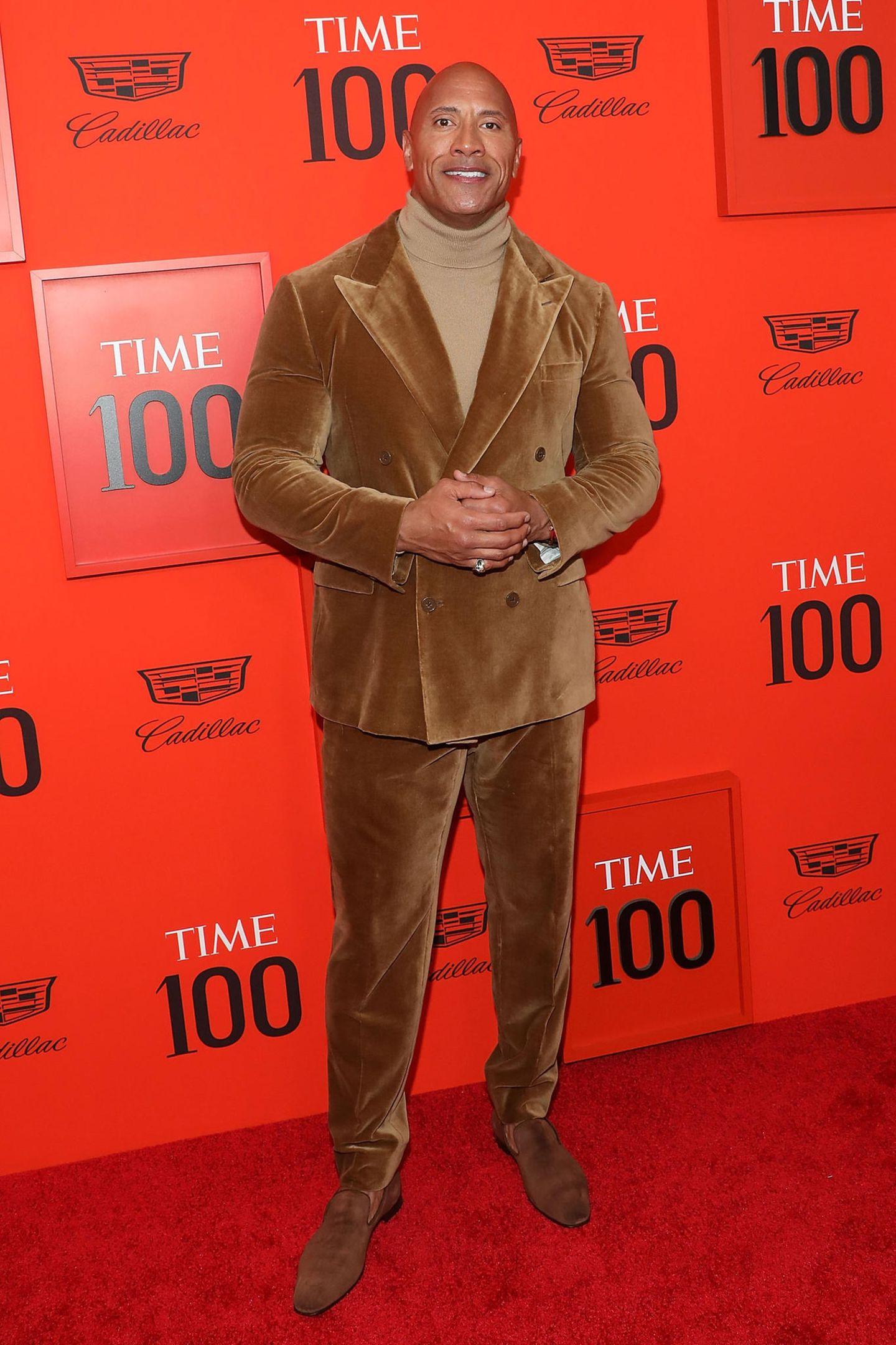 """Dwayne """"The Rock"""" Johnson scheint eine Zeitreise in die Siebziger Jahre gemacht zu haben. Anders lässt sich sein haselnussbrauner Cord-Anzug wirklich nicht erklären."""