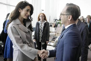Nach der Konferenz schüttelt sie noch Bundesaußenminister Heiko Maas die Hand und auch er scheint von der starken Persönlichkeit der Juristin sichtlich angetan. Nach dem Termin hüllt sich Amal Clooney in einen schlichten Trenchcoat. Weniger ist bei offiziellen Terminenoft mehr - zumindest in Sachen Mode.