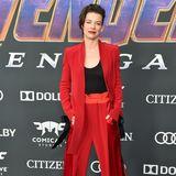 Evangeline Lilly bringt Abwechslung auf den roten Teppich. Sie schlüpft nicht etwa in ein Kleid, sondern in einen Hosenanzug. Plus: Mit dem Rotton ist sie eine der wenigen, die auf eine kräftige Farbe setzt.