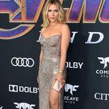 """Den wohl schillerndsten Auftritt bei der Weltpremiere von """"Avengers: Endgame"""" legt Scarlett Johansson hin. Ihr Midi-Kleid von Atelier Versace besteht komplett aus Strass und schmiegt sich perfekt an ihren Körper an."""