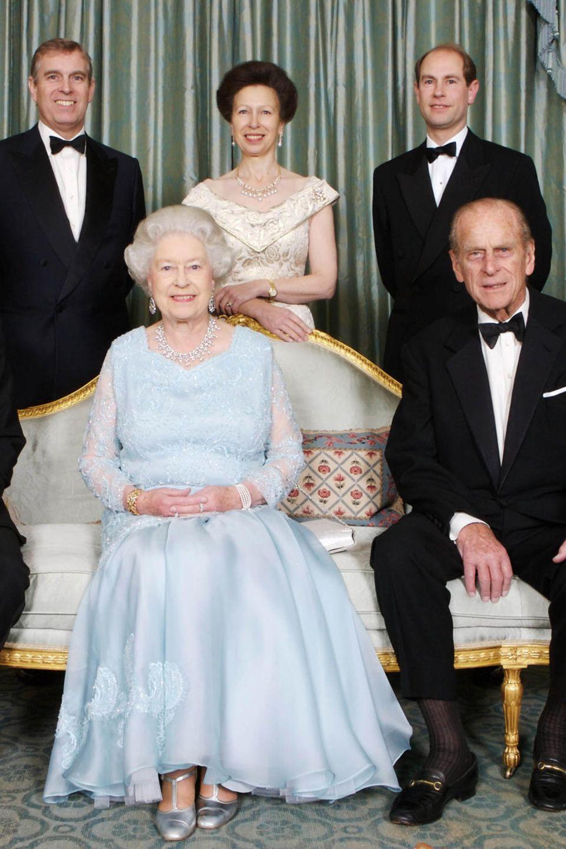 Queen Elizabeth und Prinz Philip mit ihren vier Kindern.