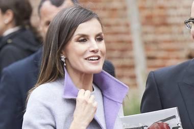 Diefrühlingshaften Farben passen perfekt zu dem Hautton der Spanierin und spiegeln sich im zarten Make-up wieder. Die Ohrringe geben dem Look den letzten Schliff.