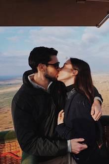Über den Wolken ... zeigt sich Michelle Hunzikers Tochter Aurora Ramazzotti total verliebt mit ihrem Freund Goffredo Cerza. Die beiden machen gerade eine Heißluftballonfahrt. Die Aussicht scheint für das Paar jedoch fast nebensächlich zu sein ...