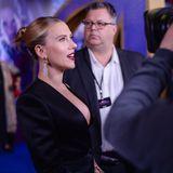 10. April: Filmpremiere in London  Wer will sie nicht vor der Kamera haben: Schauspielerin Scarlett Johansson erscheint in einem schwarzen Hosenanzug des Designers Tom Ford und zieht damit alle Blicke auf sich.