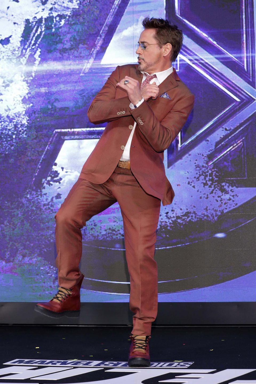 """Eine richtige Showeinlage auf dem Red Carpet legt """"Iron Man""""-Schauspieler Robert Downey Jr. hin. Er hat nicht nur die coolsten Moves drauf ..."""