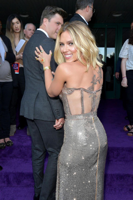 Fest steht: Nicht nur die Fans haben sich herausgeputzt, natürlich auch die Stars wollen bei der Weltpremiere in Los Angeles – wortwörtlich – glänzen. Scarlett Johansson erscheint in einer Glitzer-Robe mit transparentem Rücken und gibt somit den Blick auf ihr opulentes Rücken-Tattoo frei.