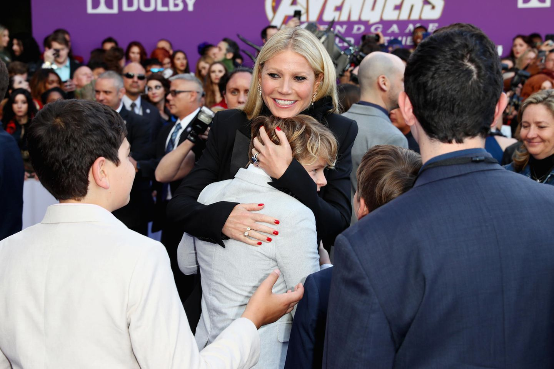 """Da ist aber jemand stolz auf Mama: Gwyneth Paltrows Sohn Moses Martin gibt seiner Mutter eine herzliche Umarmung auf dem roten Teppich. In """"Avenger: Endgame"""" spielt die US-amerikanische SchauspielerinVirginia """"Pepper"""" Potts."""
