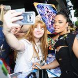 """Auch während der Weltpremiere nehmen sich die """"Avengers""""-Schauspieler, wie beispielsweise Tessa Thompson,ausreichend Zeit für ihre Fans, schreiben Autogramme und schießen Erinnerungsfotos."""