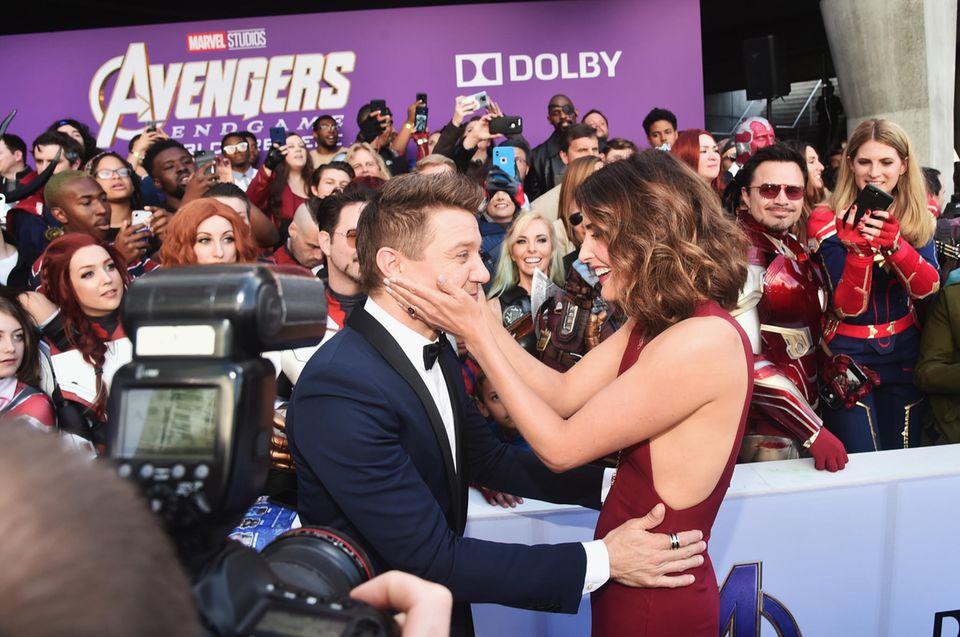Das Schauspiel-Duo Jeremy Renner und Cobie Smulders zeigen sich auf der Weltpremiere sichtlich erleichtert. Wie heraus kam, hatten die Regisseure dem Cast nur unvollständige Drehbücher gegeben, die sogar falsche Szenen enthielten, um dieGeheimhaltung zu wahren.