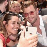 Zeit für Fans bleibt aber neben der Zementierung aber trotzdem: Chris Hemsworth posiert gerne für ein Selfie.