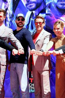 23. April 2019: Verewigung der Handabdrücke in Hollywood, L.A.  Mit geballter Superkraft verewigen Filmproduzent Kevin Feige sowie die Schauspieler Chris Hemsworth, Chris Evans, Robert Downey Jr., Scarlett Johansson, Jeremy Renner und Mark Ruffalo ihre Handabdrücken in Los Angeles.