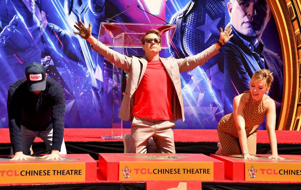 Chris Evans, Robert Downey Jr. undScarlett Johansson machen sich dabei gerne die Hände schmutzig und halten vor jubelnden Fans die zementüberzogenen Hände hoch.