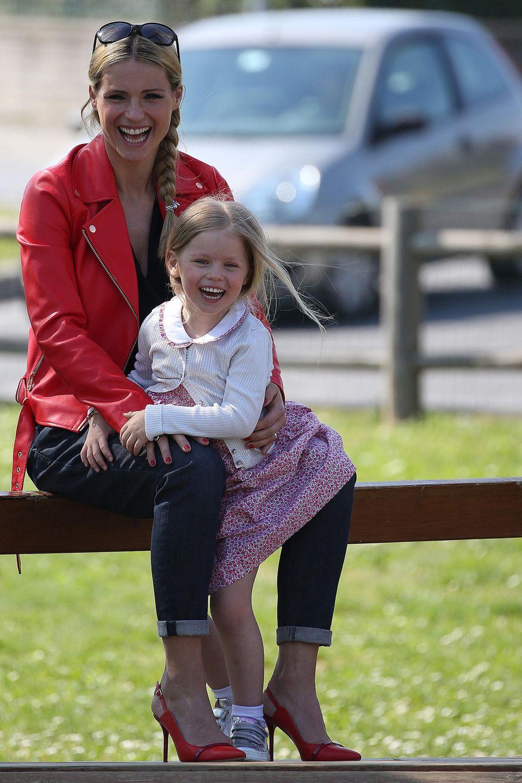 22. April 2019  Das sieht nach einer Menge Spaß aus: Michelle Hunziker tollt mit ihren süßen Töchtern Celeste und Sole auf einem Abenteuerspielplatz herum. Aber nicht nurMama und Töchter steht die Freude ins Gesicht geschrieben ...
