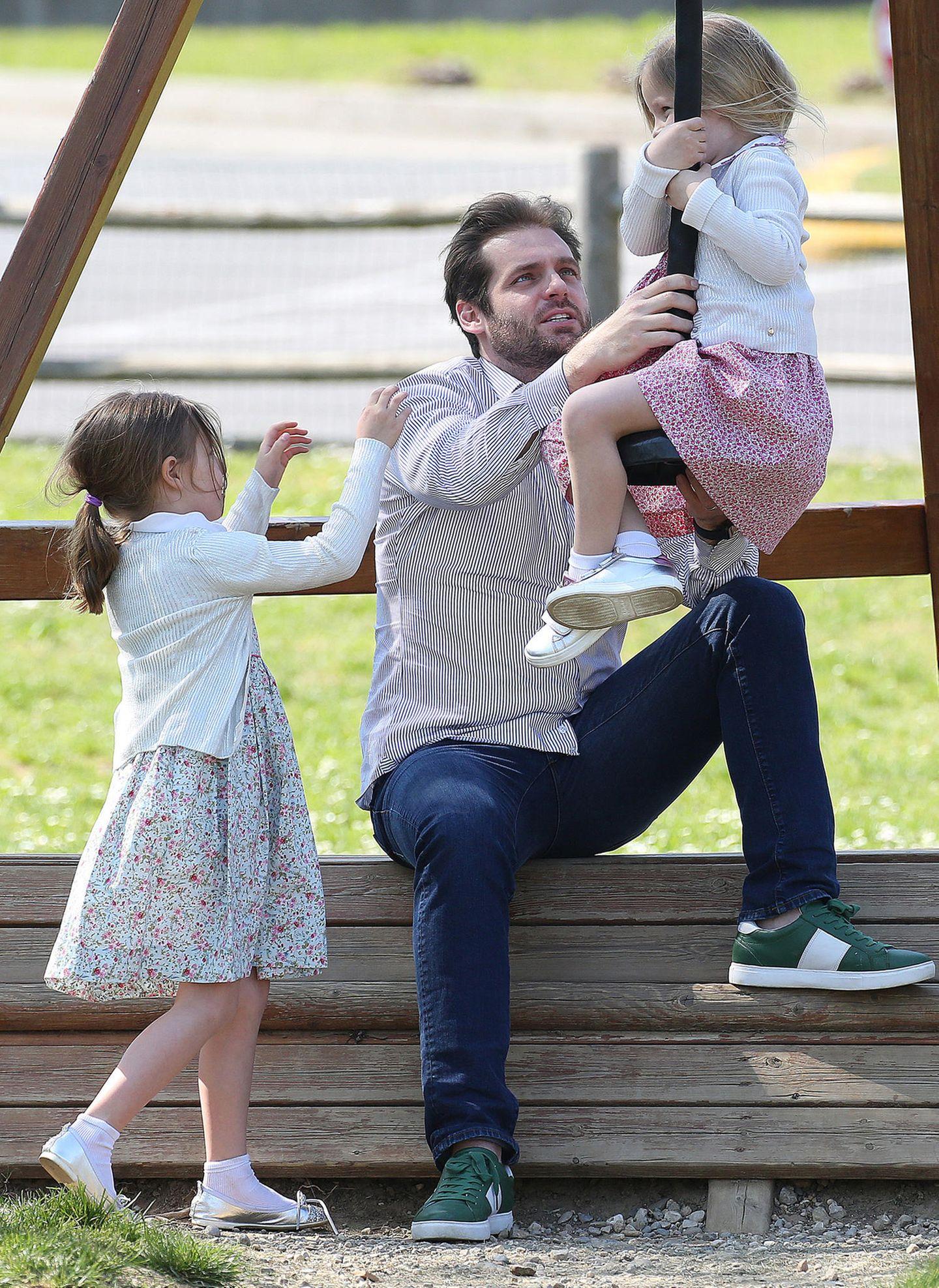 Auch Ehemann und Papa Tomaso Trussadi verausgabt sich an der Seilbahn. Die 4- und 5-jährigen Mädchen scheinen ihre Eltern ganz schön zu fordern ...
