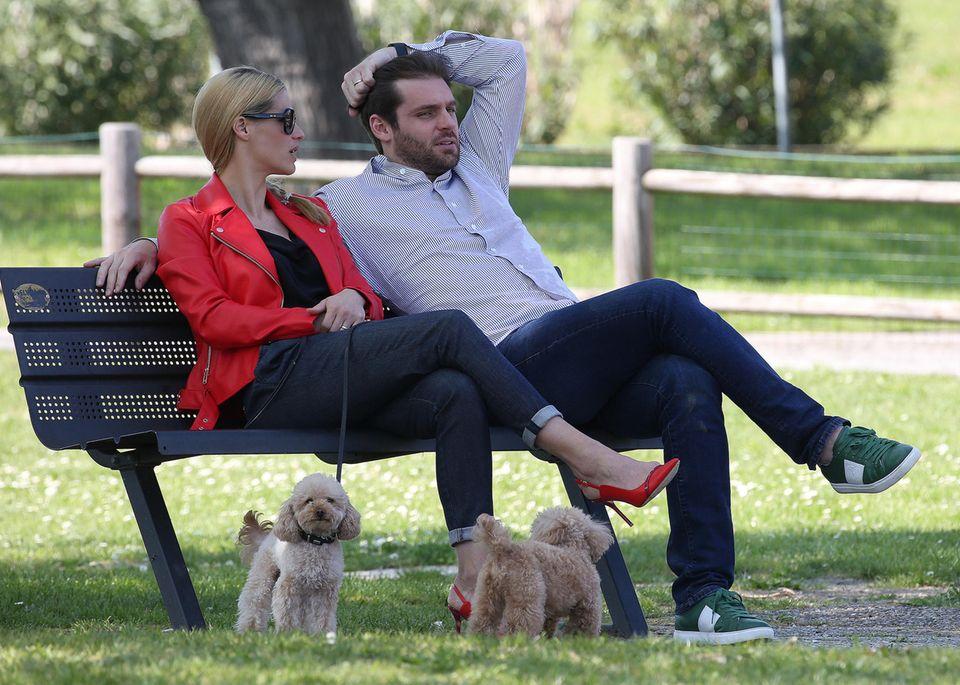 Zusammen mit ihren beiden Hunden gibt es für Michelle und Tomaso erst einmal eine Verschnaufpause auf der Bank. Das haben sich die beiden aber auch verdient.