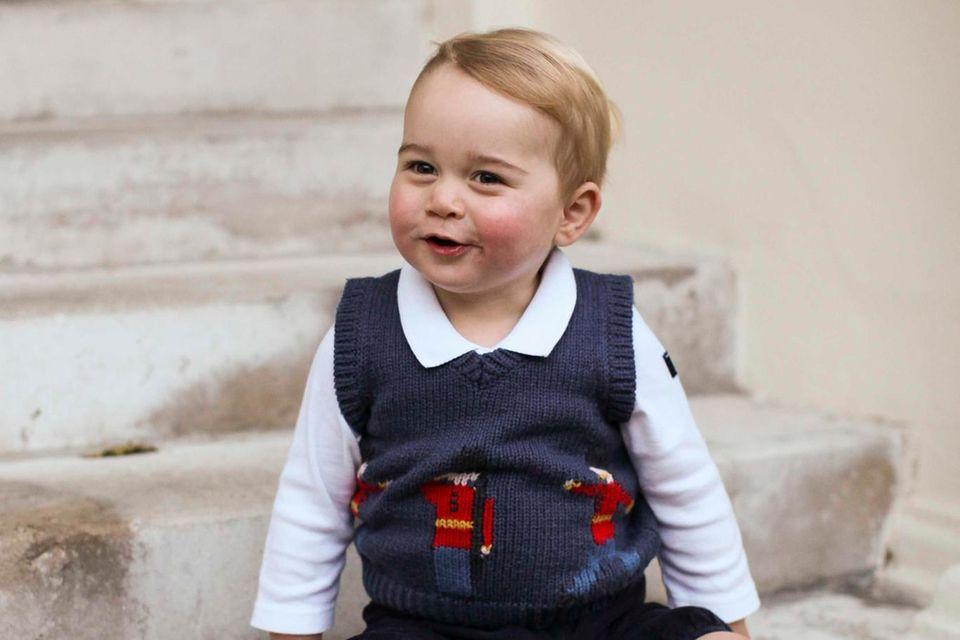 """Fotos, die im Dezember 2014 veröffentlicht wurden, zeigen den kleinen Prinz George in der dunkelblauen Hose des Labels """"Amaia Kids"""". Fünf Jahre später trägt sein kleiner Bruder die Shorts."""
