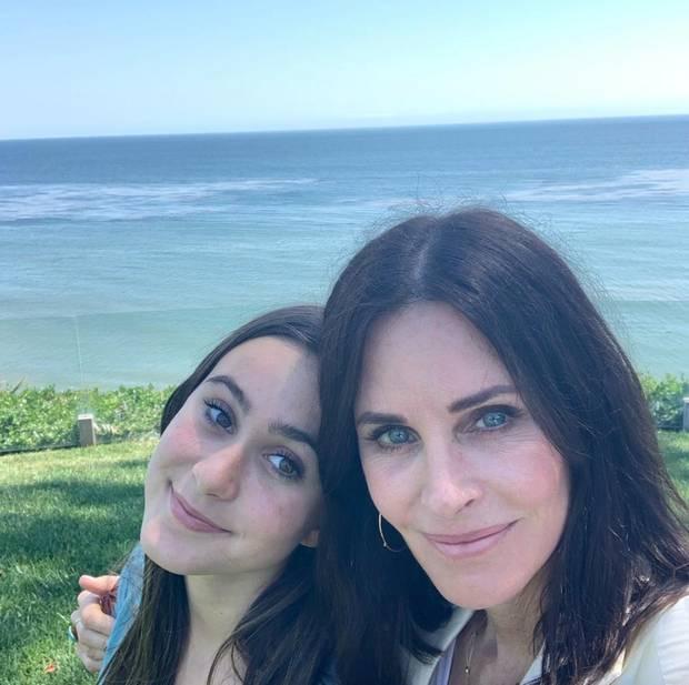 Courteney Cox und Coco Arquette  Einzig und allein an der Augenfarbe können wir Schauspielerin Courteney Cox und ihre Tochter Coco Arquette unterscheiden. Das Mutter-Tochter-Duo ist sich sonst wie aus dem Gesicht geschnitten.Coco stammt aus CourteneysEhe mit Schauspieler David Arquette die 2013 geschieden wurde.