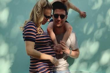 """Auf Instagram präsentiert Ania Niedieck ihre Babykugel im gestreiften Mini-Kleid. Der """"Alles was zählt""""-Star erwartet das zweite Kind und könnte glücklicher nicht sein. Ania befindet sich bereits im fünften Monat. Ob es ein Junge oder ein Mädchen wird, weiß sie noch nicht. """"Bei meiner Tochter Charlotte habe ich es auch erst sehr spät erfahren, dass sie ein Mädchen wird"""", so die Schauspielerin."""