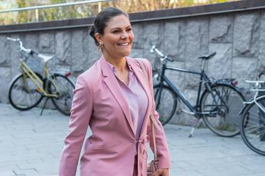 """Eintönig ist nicht immer langweilig! Das beweist Prinzessin Victoria von Schwedenbei der Veranstaltung anlässlich des """"Tag des Gehirns"""" (Brain Day)in Stockholm. Die Royal-Lady punktet in einem eleganten Zweiteiler und macht richtig Lust auf Frühling."""