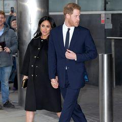 Es ist das letzte Mal, dass wir Herzogin Meghan mit Babybauch sehen. Und ihr überraschender Auftritt hat einen traurigen Anlass. Zusammen mit Prinz Harry gedenken der Opfer der Terroranschläge in Christchurch, Neuseeland. Die schwangere Meghan wählt einen schlichten schwarzen Mantel und schwarze Accessoires.