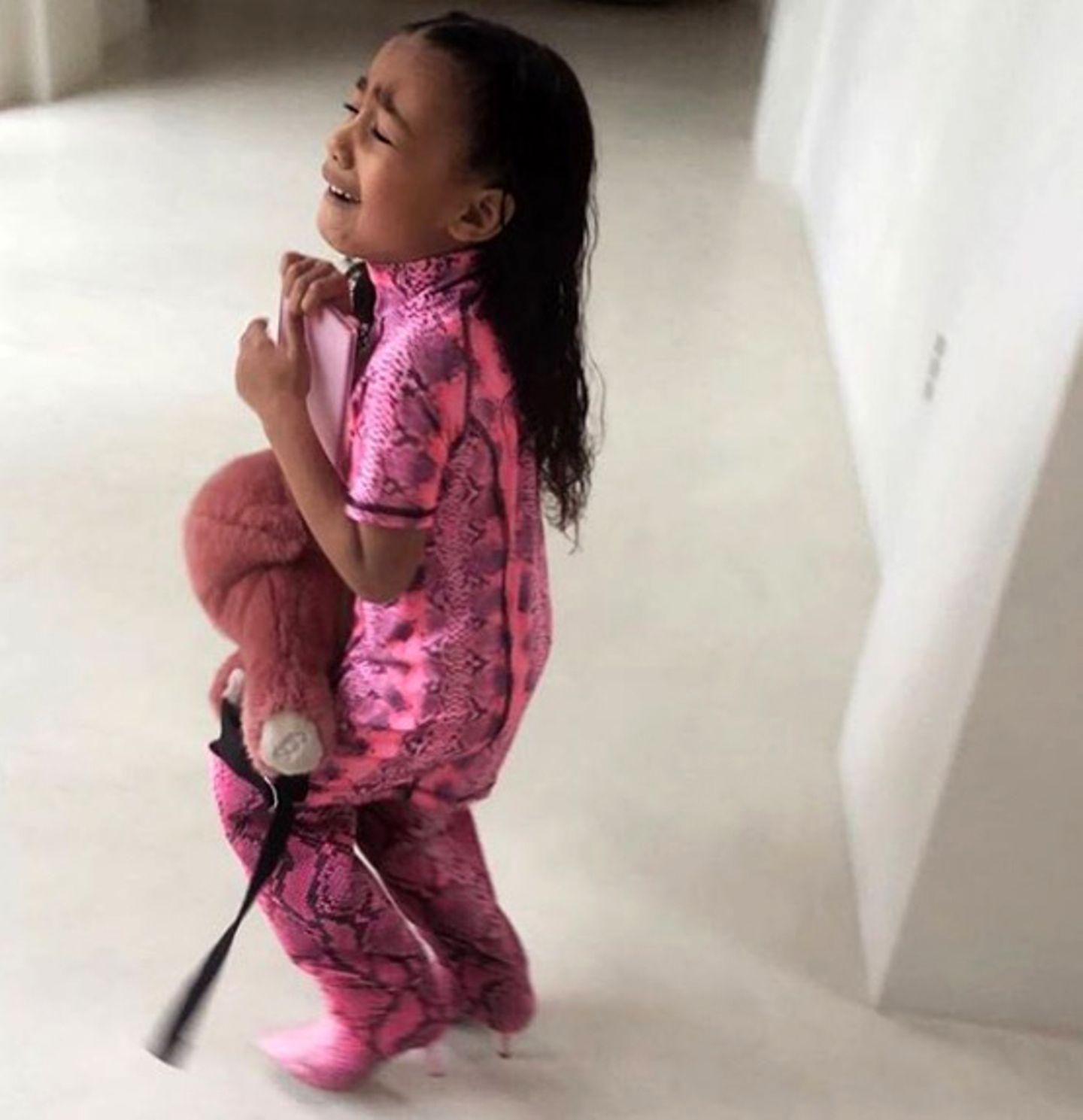 Was passiert, wenn man einer 5-Jährigen erklärt, dass sie nicht mit Mamas Stiefeln durch den Tag stolzieren kann, zeigt Kim Kardashian eindeutig mit diesem Instagram-Foto: Es zeigt Tochter North West mit einem deprimierten Gesichtsausdruck und völlig verständnislos gegenüber den Kleidungsratschlägen ihrer Mutter. Dass Kim so hart durchgreift hat einen Grund, denn Norths Lieblingsstiefel sind alles andere als kindergerecht ...