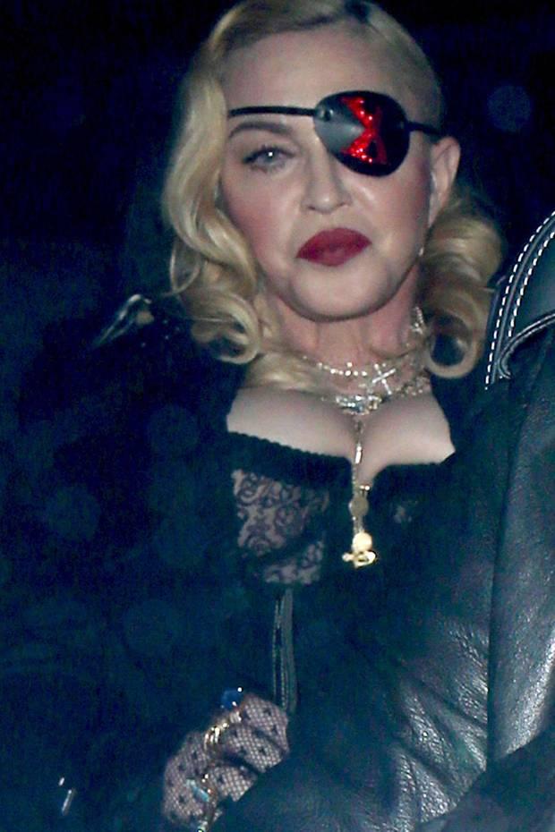Das Highlight des Looks ist definitiv die Augenklappe, obwohl ihre Brüste auf Kinnhöhe schon leicht ablenken.