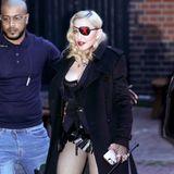 Für diesen heißen Look bräuchte Madonna eigentlich zwanzig Bodyguards. In Lack oder Leder spaziert die Sängerin durch London. Kaum zu glauben, dass sie schon 60 Jahre alt.