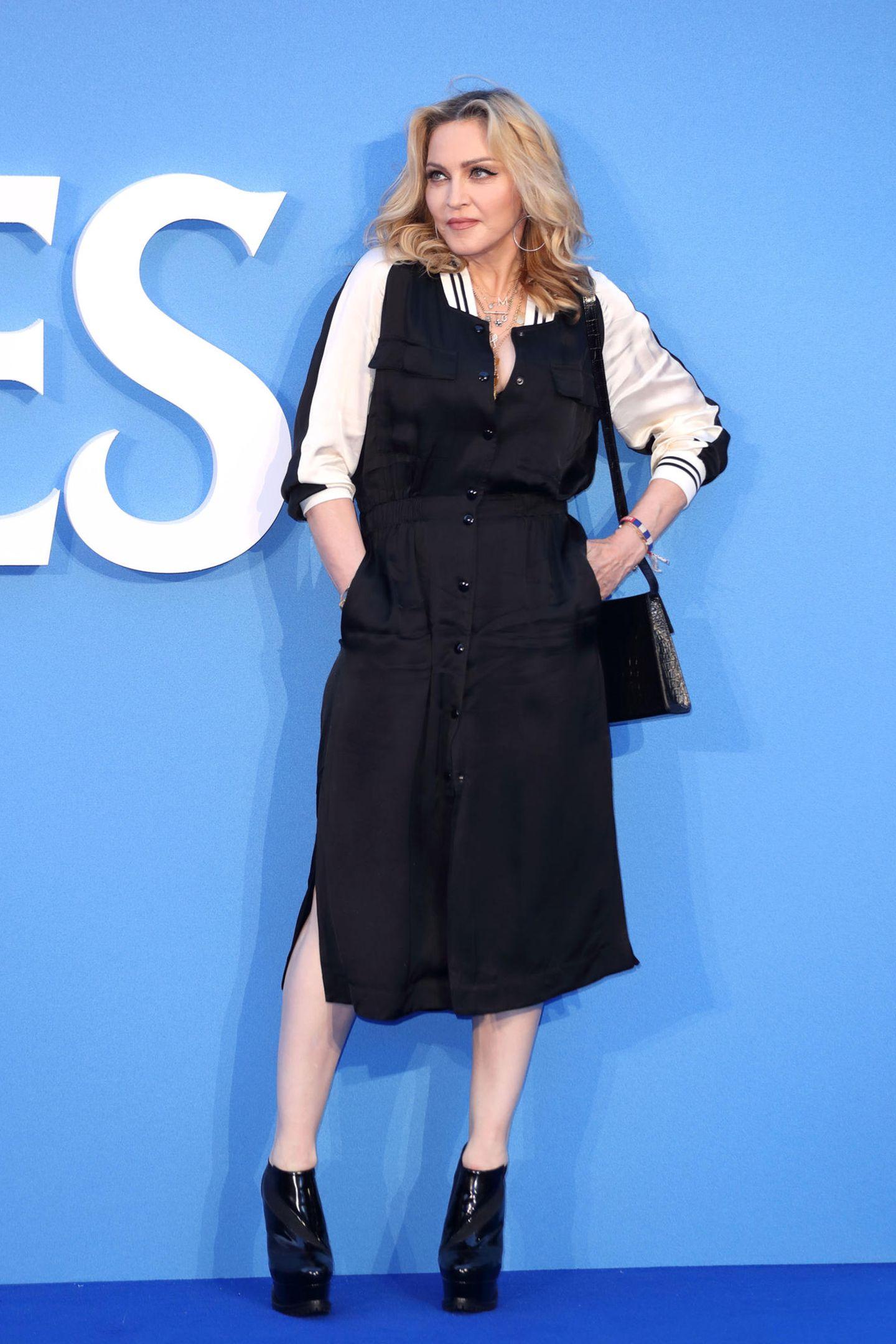 Bomberjacke kann jeder, deswegen setzt Madonna auf ein Kleid mit dem typischen Bomber-Kragen und sieht damit super lässig aus.