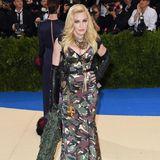 Madonna auf Tarnzug. Auf dem roten Teppich desMetropolitan Museum of Art hat Madonna sogar ein Blätternetz dabei.