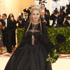 Auf dem Red Carpet bleibt Madonna die König – und das zeigt sie auch. Mit opulenter Robe und Krone präsentiert sich die Sängerin aufder MET-Gala den Fotografen.
