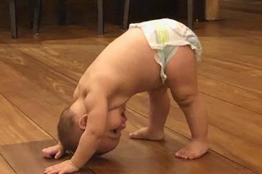 """Klein Santiago Enrique Bastón ist bereits ein Yoga-Profi: Den """"herabschauenden Hund"""" schafft er mit links. Dass der Sohn von """"Desperate Housewives""""-Schauspielerin Eva Longoria so entspannt ist, liegt wohl daran, dass Mutter und Sohn gerade am Strand urlauben ..."""