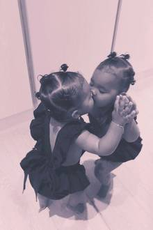 True Thompson weiß bereits mit einem Jahr, wie wichtig Selbstliebe ist. Die Tochter von Khloé Kardashian knuddelt einfach ungeniert mit ihrem Spiegelbild – Follower und auch wir sind entzückt.