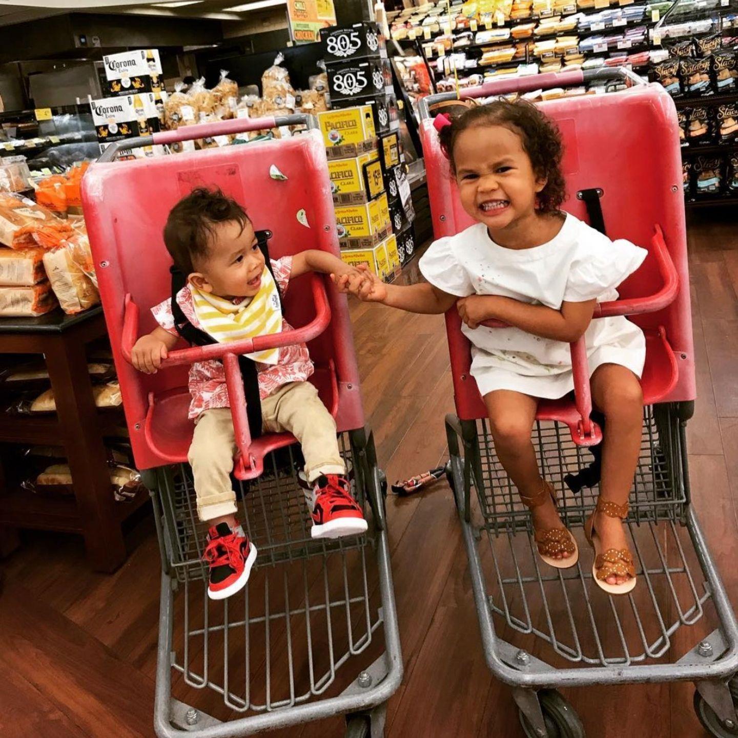 """24. April 2019  Mit Kindern kann Einkaufen auch mal schnell zur Geduldsprobe werden: Chrissy Teigen versuchtgerade ihre beiden Sprösslinge Luna und Milesin einem Supermarkt in Santa Barbara zu bändigen. Was den beiden überhaupt nicht passt? Lunas """"Wonder Woman""""-Puppe wurde kurzerhand über Bord geworfen. Wir haben die Puppe auf dem Bild entdeckt – Chrissy hoffentlich auch."""