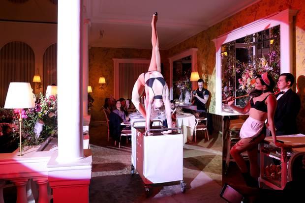 """Beim exklusiven """"Scandal Banquet"""" in Paris folgte eine spektakuläre Showeinlage auf die nächste."""