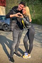 """Die amtierende Dschungelkönigin Evelyn Burdecki ist hin und weg von ihremProfi-Tanzpartner Evgeny. Sie schreibt unter ihren neuesten Instagram-Post: """"Herz an Herz, wir bleiben dabei und trainieren fleißig! Tanz-Couple-Goals! So langsam wachsen wir zusammen und werden immer mehr ein Team! Das wollen wir auch weiter beweisen!"""" Weiter schreibt sie: """"Kennt ihr das auch? Ihr kennt euch nicht und dann musst du mit zunächst fremden Menschen fast unlösbare Aufgaben meistern und Stück für Stück, wird es immer besser?!"""" Dazu formen die hübschen """"Let's Dance""""-Teilnehmer ein Herz mit ihren Fingern."""