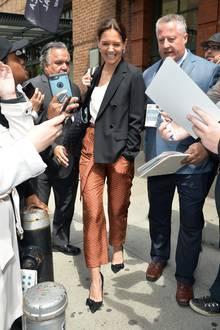 Als Katie Holmes einige Stunden nach ihrer Ankunft das Gebäude wieder verlässt, trägt sie immer noch ihr stilvolles Outfit - ihre Haare jedoch hat die Schauspielerin zusammengebunden. Ein simpler Trick, um einen Look in nur wenigen Sekunden völlig zu verändern.