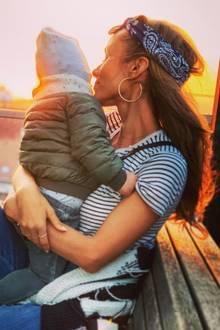 26. April 2019  So sieht Familien-Idylle aus: Moderatorin Annemarie Carpendale schmust mit ihrem kleinen Sohn Mads und schaut sich dabei die untergehende Sonne an – wie sie uns auf Instagram verrät: Ein Feierabend ganz nach ihrem Geschmack. Für ihre Fans wirddie Mutter damit zu einemgroßenVorbild.