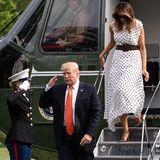 Zurück aus Atlanta: First Lady Melania Trump zeigt sich bei ihrer Ankunft in Washington in einem wunderschönen Kleid. Das weiße Polka Dot Dress in Midi-Länge stammt von der Designerin Alessandra Rich und ist mit knapp 2.164 Euro wieder mal kein Schnäppchen. Doch vermutlich hat Melania noch viel mehr für dieses Kleid ausgegeben ...