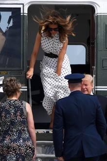 Beinahe hätte der Wind Melania entblößt - doch die First Lady ist selbstverständlich ein Profi und kann so ein peinliches Mode-Malheur verhindern.