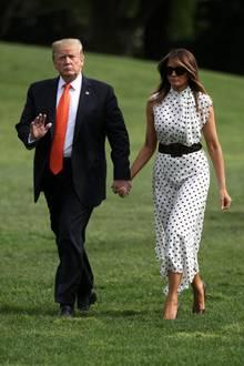Eigentlich hat das Kleid, das Melania bei ihrer Ankunft in Washington trägt, lange Ärmel - doch für die First Lady wurde der Schnitt ganz offensichtlich verändert. Um ihre Taille zu betonen kombiniert Melania Trump einen breiten, dunkelbraunenTaillengürtel. Aber auch der Gürtel kann die 49-Jährige nicht vor dem Wind bewahren ...