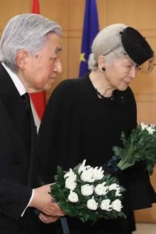 25. April 2019  Anteilnahme auch aus dem Kaiserreich in Japan: Kaiserin Michiko und Kaiser Akihito legen Blumen für den verstorbenen Großherzog Jean von Luxemburg in der Botschaft von Luxemburg in Tokio nieder.