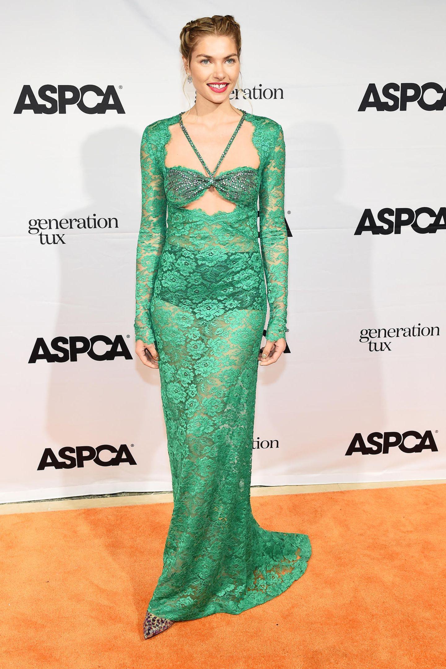 """Nackte Tatsachen auf dem Red Carpet einer Veranstaltung der """"American Society for the Prevention of Cruelty to Animals"""". Model Jessica Hart zeigt sich in einem grünen und ziemlich durchsichtigen Spitzenkleid des Labe Dundas. Ein cooler Look - doch schwarze Unterwäsche ist für dieses Kleid vielleicht nicht die richtige Wahl."""