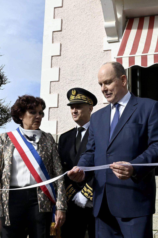 """25. April 2019  Zu Ehrenseiner Mutter """"Grace of Monaco Princess in Dior"""" eröffnete Fürst Albert II von Monacoin Granville die Ausstellung höchstpersönlich. Nach einem Privatbesuch durchtrennte der Prinz das Band vor der Villa Christian Dior und hielt eine Rede."""