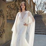 Mit einem transparenten Überwurf bekommt das Brautkleid von Monique Lhuillier eine ganz neue Optik.