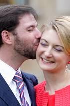 27. April 2019  Zärtlich küsst der Erbgroßherzog seine Liebste auf die Wange.