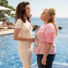 """Anne Hathaway (l.) undRebel Wilson (r.) in """"Glam Girls - Hinreissend verdorben"""""""