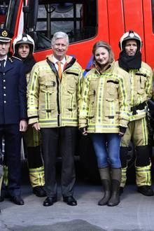26. April 2019  Nach den Übungen posieren König Philippe und Prinzessin Elisabeth für ein Gruppenfoto mit den Feuerwehrmännern.